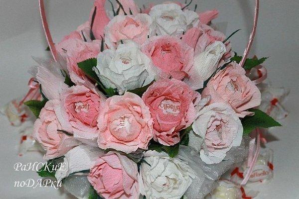 Роза с конфетой из гофрированной бумаги