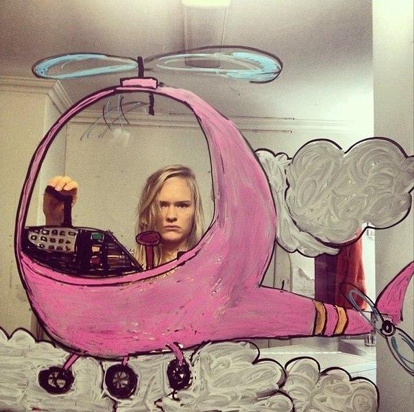 Девушке надоели однотипные селфи, и она решила порисовать на зеркале