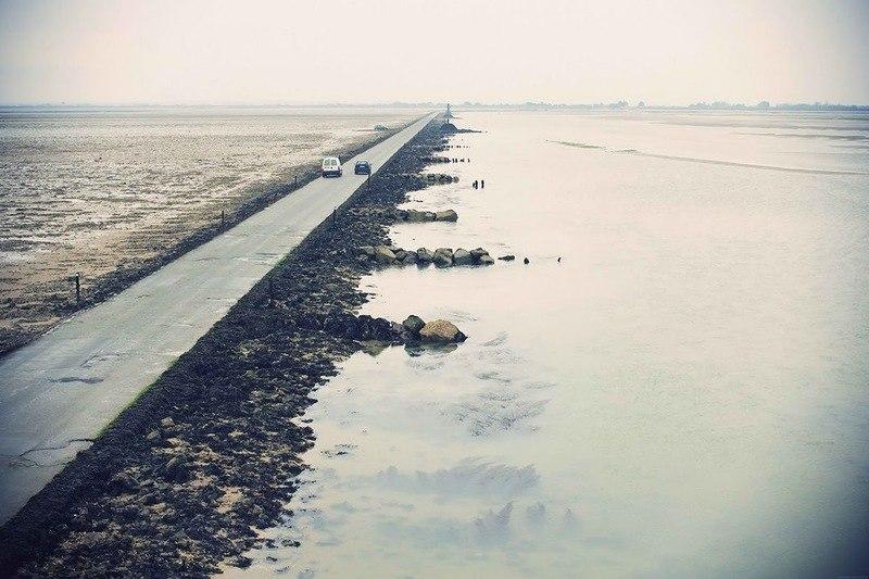 Пассаж дю Гуа - это дорога, проложенная по дну залива Бурньёф, связывающая материковую часть Франции ... - 5