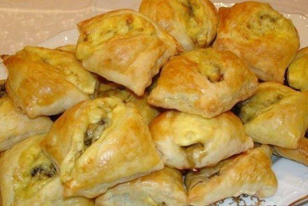 Закусочные пирожки с грибами и сыром. Ингредиенты: - 300 г грибов - 1 лук - 1 столовая ложка сметаны ...