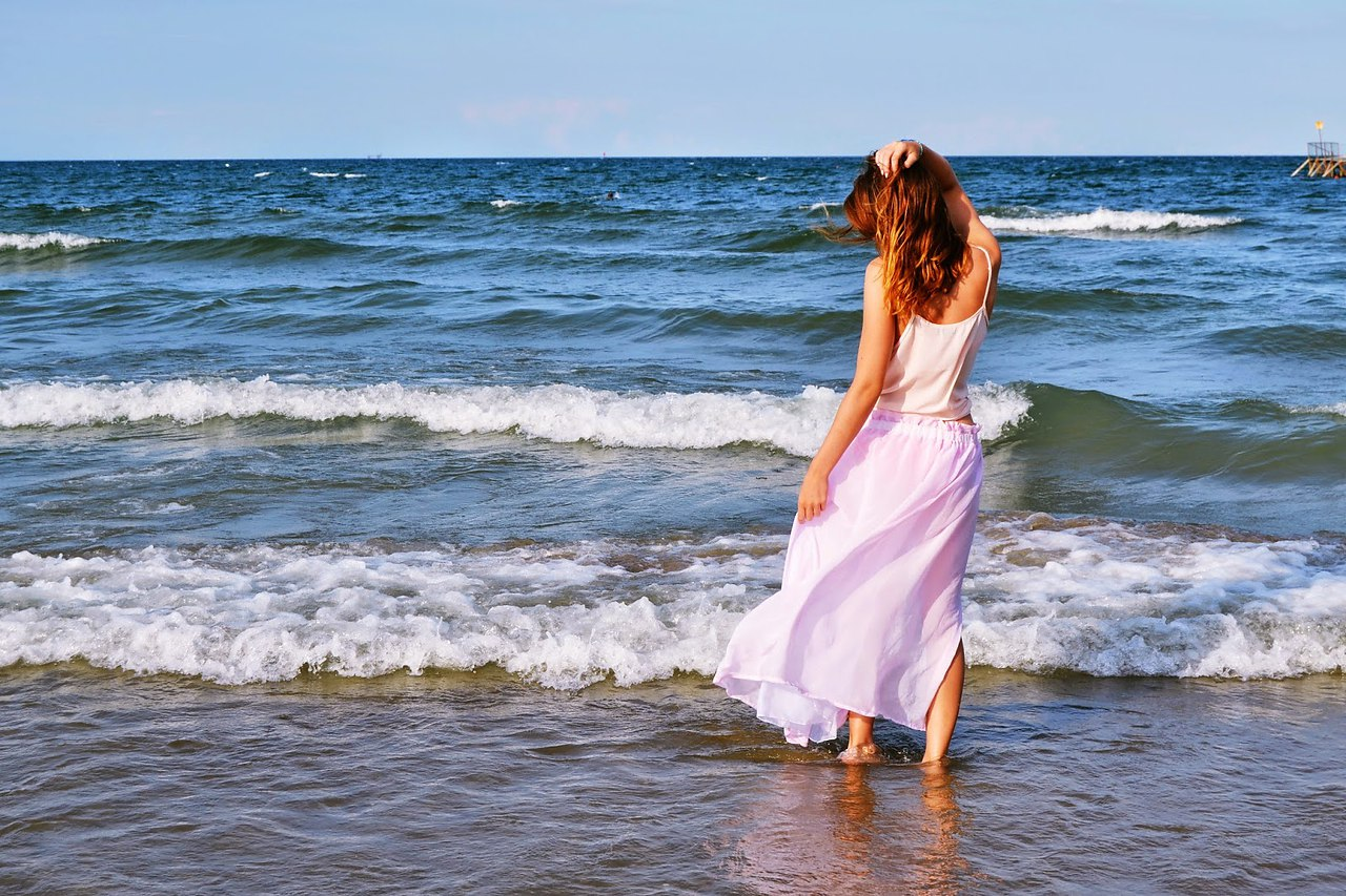 Картинки девушка стоящая на берегу