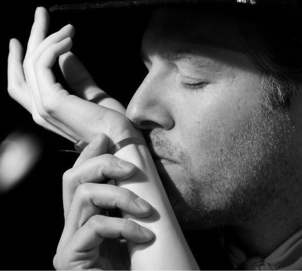 нежный картинки где мужчина целует руку придуманная нами штука