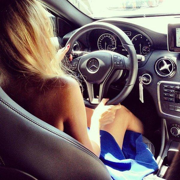 Картинка блондинка за рулем со спины без лица