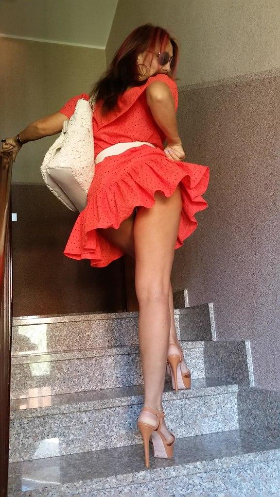 В короткой юбке на лестничной, порнушка зрелых кисок