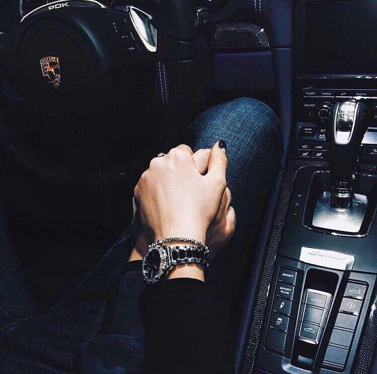 картинки когда держатся за руку в машине четырехвалентный