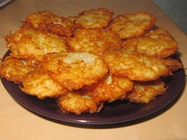 Подборка рецептов драников. Драники или очень похожее на драники кушанье – из картофеля в виде ...