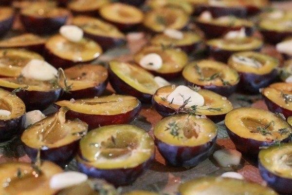 Вяленые сливы с чесноком, травами и солью. Рецепт подкупает своей простотой и универсальностью. ... - 4