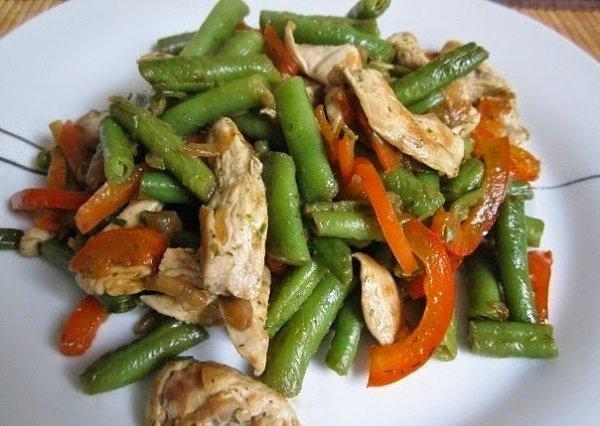 Тёплый куриный салат.Состав:250 г куриного филе500 г стручковой фасоли (замороженная)1 красный ...