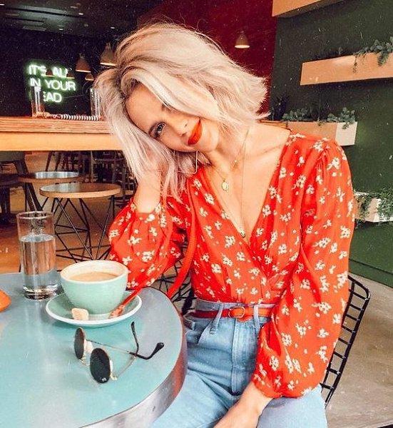 А все-таки здорово, по утрам, сидя с чашкой кофе, ловить себя на мысли, что замечательно Жить... Ну, ...