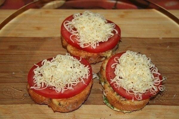 Гренки с помидорами и сыром к завтраку. Ингредиенты на 1 порцию: - 3 кусочка хлеба, лучше всего от ... - 4