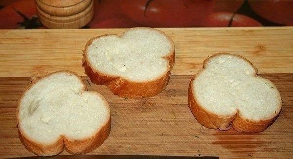 Гренки с помидорами и сыром к завтраку. Ингредиенты на 1 порцию: - 3 кусочка хлеба, лучше всего от ... - 2